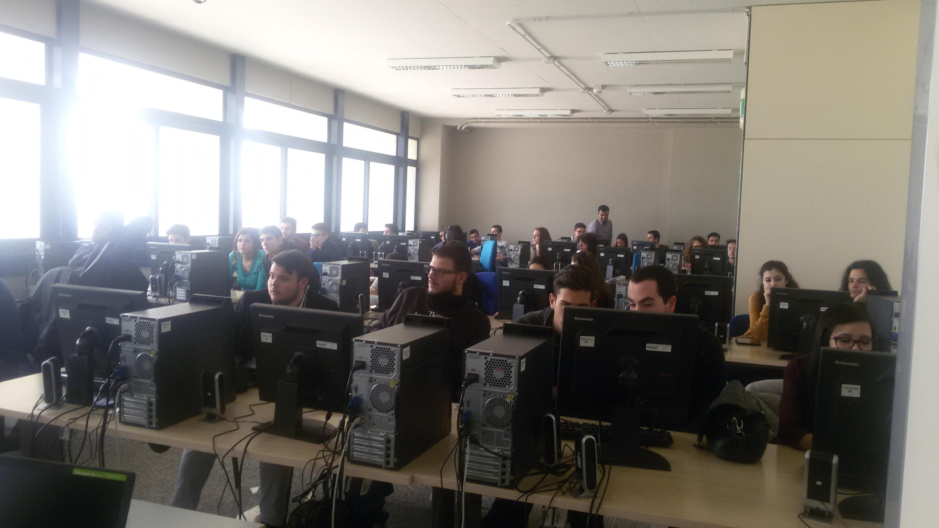 I ragazzi a lavoro nell'aula informatica per l'attività sperimentale